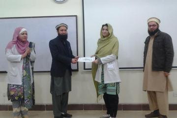 Dr Asif prsenting Dr Shabnam with best poster1486376724.jpg